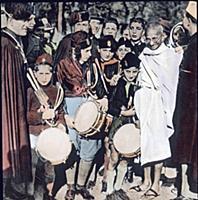 2840975 Gandhi in Europa; (add.info.: Indien  Maha