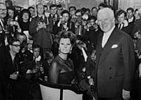1813742 Sophia Loren et Charlie Chaplin; (add.info