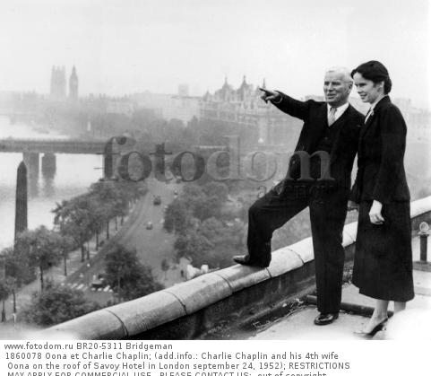 1860078 Oona et Charlie Chaplin; (add.info.: Charlie Chaplin and his 4th wife Oona on the roof of Savoy Hotel in London september 24, 1952); RESTRICTIONS MAY APPLY FOR COMMERCIAL USE - PLEASE CONTACT US;  out of copyright.