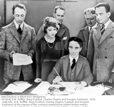 1574342 D.W. Griffith, Mary Pickford, Charlie Chaplin and Douglas Fairbanks, 1925; (add.info.: D.W. Griffith, Mary Pickford, Charlie Chaplin (seated) and Douglas Fairbanks at the signing of the contract establishing United Artists motion picture studio. Photo by: .); Universal History Archive/UIG;  out of copyright.