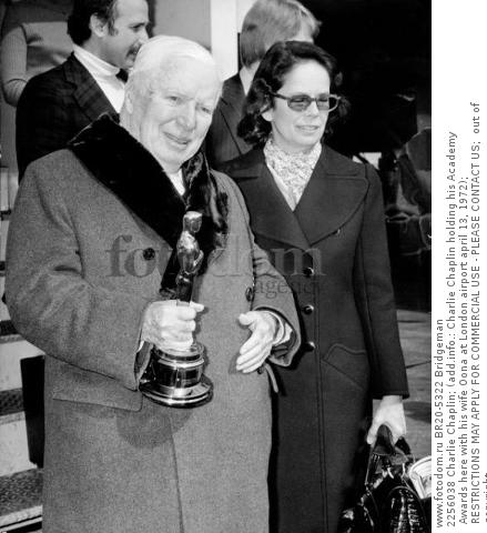 2256038 Charlie Chaplin; (add.info.: Charlie Chaplin holding his Academy Awards here with his wife Oona at London airport april 13, 1972); RESTRICTIONS MAY APPLY FOR COMMERCIAL USE - PLEASE CONTACT US;  out of copyright.