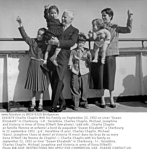 1641879 Charlie Chaplin With his Family on September 22, 1952 on Liner 'Queen Elizabeth' in Cherbourg : L-R : Geraldine, Charles Chaplin, Michael, Josephine and Victoria in Arms of Oona O\'Neill (b/w photo); (add.info.: Charlie Chaplin en famille (femme et enfants) a bord du paquebot 'Queen Elizabeth' a Cherbourg le 22 septembre 1952 : g-d : Geraldine (8 ans), Charles Chaplin, Michael (6ans), Josephine (3ans et demi) et Victoria (6 mois) dans les bras de sa mere Oona O\'Neill (4e femme de Chaplin) --- Charlie Chaplin with his family on september 22, 1952 on liner 'Queen Elizabeth' in Cherbourg : l-r : Geraldine, Charles Chaplin, Michael, Josephine and Victoria in arms of Oona O\'Neill); Photo В© AGIP; RESTRICTIONS MAY APPLY FOR COMMERCIAL USE - PLEASE CONTACT US;  out of copyright.