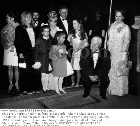 2031175 Charlie Chaplin en famille; (add.info.: Charlie Chaplin at Carlton Theatre in London for premiere of film 'A countess from Hong Kong' january 5, 1967 : standing on l : Josephine ; foreground : Jane, Annette-Emilie and Victoria, on r : Oona O\'Neill (4th wife)); RESTRICTIONS MAY APPLY FOR COMMERCIAL USE - PLEASE CONTACT US;  out of copyright.