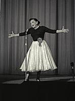 1065043 Judy Garland on stage at the Dominion Thea