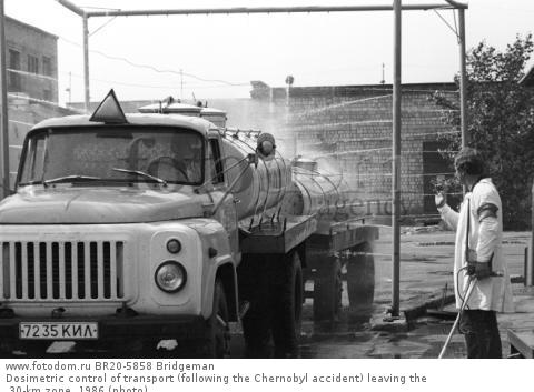 Dosimetric control of transport (following the Chernobyl accident) leaving the 30-km zone, 1986 (photo)