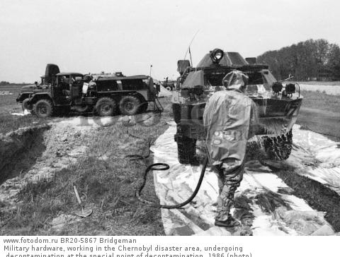 Military hardware, working in the Chernobyl disaster area, undergoing decontamination at the special point of decontamination, 1986 (photo)