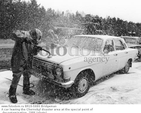 A car leaving the Chernobyl disaster area at the special point of decontamination, 1986 (photo)