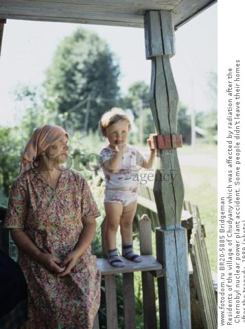 Residents of the village of Chudyany which was affected by radiation after the Chernobyl nuclear power plant accident. Some people didn't leave their homes after the tragedy, 1989 (photo)