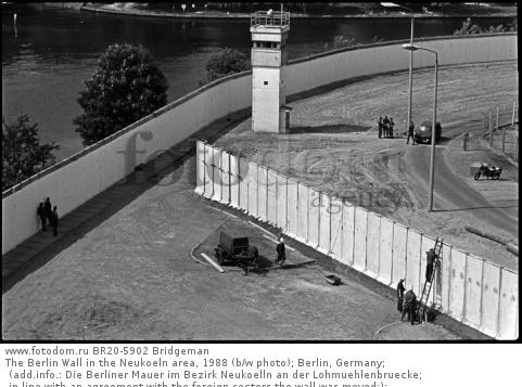 The Berlin Wall in the Neukoeln area, 1988 (b/w photo); Berlin, Germany; (add.info.: Die Berliner Mauer im Bezirk Neukoelln an der Lohmuehlenbruecke; in line with an agreement with the foreign sectors the wall was moved;); .