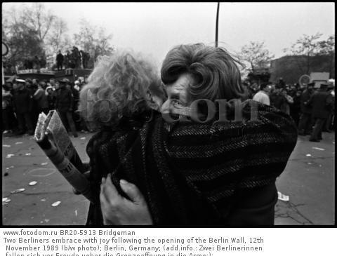Two Berliners embrace with joy following the opening of the Berlin Wall, 12th November 1989 (b/w photo); Berlin, Germany; (add.info.: Zwei Berlinerinnen fallen sich vor Freude ueber die Grenzoeffnung in die Arme;); .