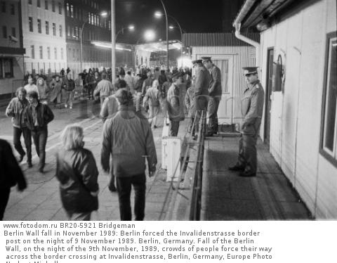 Berlin Wall fall in November 1989: Berlin forced the Invalidenstrasse border post on the night of 9 November 1989. Berlin, Germany. Fall of the Berlin Wall, on the night of the 9th November, 1989, crowds of people force their way across the border crossing at Invalidenstrasse, Berlin, Germany, Europe Photo Norbert Michalke