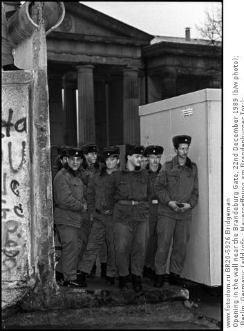Opening in the wall near the Brandeburg Gate, 22nd December 1989 (b/w photo); Berlin, Germany; (add.info.: Maueroeffnung am Brandenburger Tor;); .