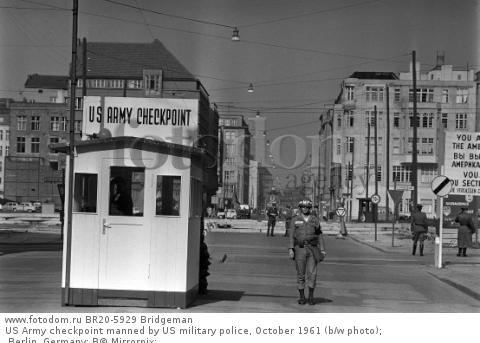 US Army checkpoint manned by US military police, October 1961 (b/w photo); Berlin, Germany; В© Mirrorpix; .