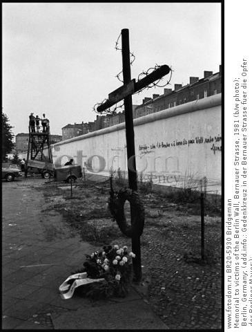 Memorial to victims of the Berlin Wall, Bernauer Strasse, 1981 (b/w photo); Berlin, Germany; (add.info.: Gedenkkreuz in der Bernauer Strasse fuer die Opfer der Berliner Mauer;); .