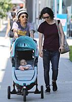 Сара Гилберт и Линда Перри гуляют с сыном