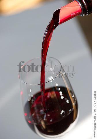 Pouring wine in the Maison du Vin of Saint-Emilion  Gironde  France.  [St-Emilion / Bordeaux]