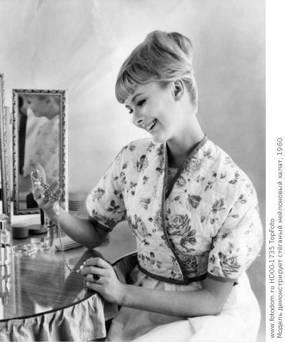 Модель демонстрирует стёганый нейлоновый халат, 1960. TopFoto. HD00-1735.