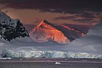 Отблеск солнца на вершине горы.  Порт Локрой на за