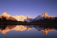 Зеркальная гладь.  Заснеженные горы в национальном