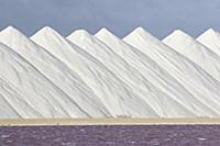 Белоснежные конусы. Бескрайние горы собранной соли