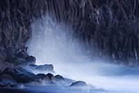 Волны, разбивающиеся о скалы вдоль береговой линии