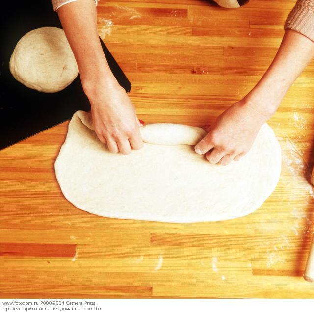 Процесс приготовления домашнего хлеба.