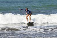 Брук Шилдс занимается серфингом