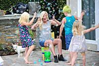 Эксклюзив! Тори Спеллинг играет с детьми