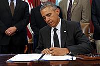 Барак Обама подписывает «Акт о свободе»