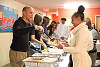 Барак Обама с семьей кормят бездомных