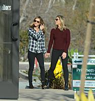 Джиллиан Майклс с подругой на прогулке