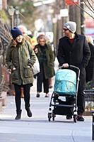 Бобби Каннавале на прогулке с новорожденным сыном