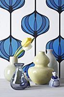 Vases with tulips in front of vintage wallpaper de