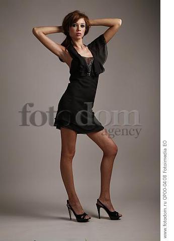 Девушка в коротком черном платье фото 203-179