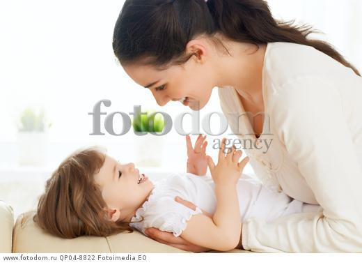 мама раздивал дочку и пасматрел