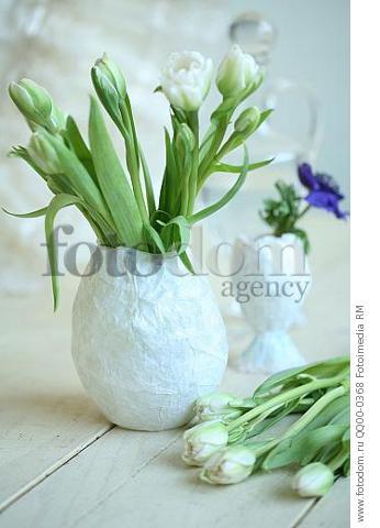 Натюрморт: белые тюльпаны в