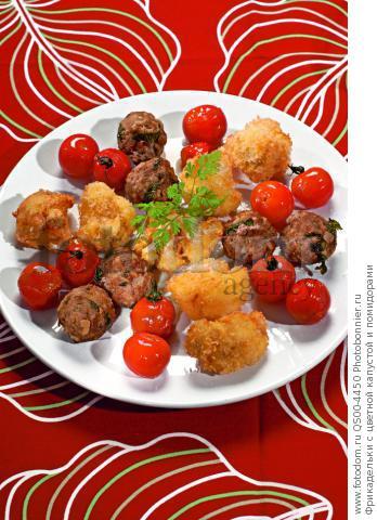 Фрикадельки с цветной капустой и помидорами
