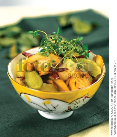 Картофельный салат с солеными огурцами и грибами