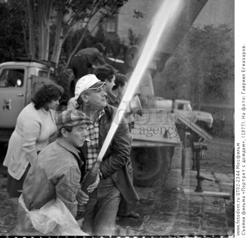 Съемки фильма «Портрет с дождем», (1977). На фото: Гавриил Егиазаров.