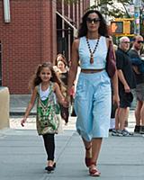 Падма Лакшми с дочерью в Нью-Йорке