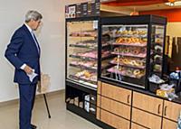 Джон Керри перед трудным выбором пончика