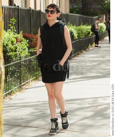 Rose McGowan goes on stroll wearing an wrist brace in Soho, New York City (Photo by Enzo Henry) *** Please Use Credit from Credit Field ***