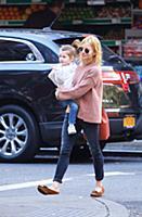 Сиенна Миллер с дочерью на прогулке