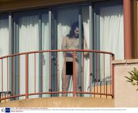 vishla-golaya-na-balkon