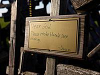 Табличка с просьбой вылечить от алкоголизма на гор