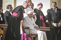 Папа Бенедикт XVI и Винченцо Палья на Святой Мессе