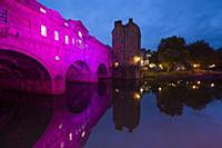 Культовые достопримечательности Великобритании сияют розовым светом в поддержку кампании против рака груди