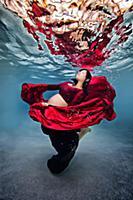 Волшебство материнства в подводной фотосессии