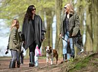 Эксклюзив! Кейт Мосс на прогулке с друзьями