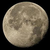 Международная космическая станция NASA на фоне луны